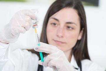 Arzthelferin mit Injektion