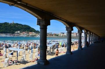 Überdachte Strandpromenade und Sandstrand in San Sebastian, Spanien
