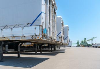 出港を待つ貨物車輌