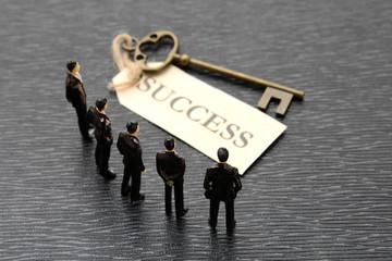 成功の鍵を見つけたビジネスチーム