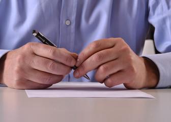 Leyendo un documento antes de firmar.