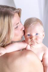 Mutter hat Baby auf dem Arm