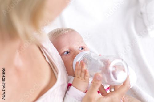 Teen Mutter gibt Baby an Fremder