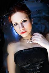Bella ragazza immersa in casca da bagno nera