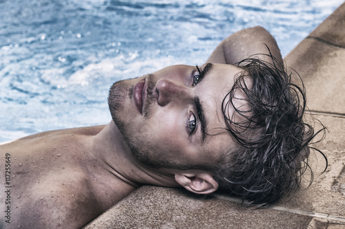 Hombre guapo en la piscina stockfotos und lizenzfreie for Pepa en la piscina