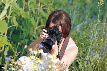 девушка фотографирует цветы