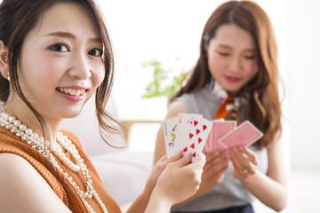 トランプで遊ぶ女性たち