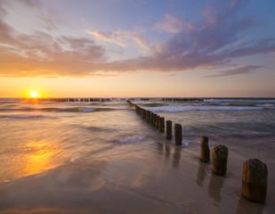 Wall Murals Shipwreck Zachód słońca nad morską plażą