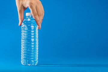 水の入っているペットボトル