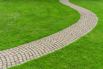 Rasen mit gepflastertem Gartenweg - Lawn with paved garden path
