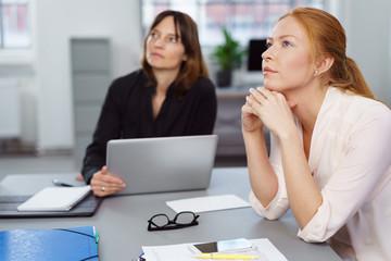 zwei geschäftsfrauen hören zu in einer besprechung