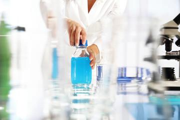 Laboratorium, badanie próbki . Chemik pracuje w laboratorium