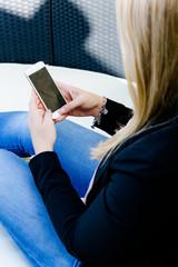 Frau sitzt am Handy