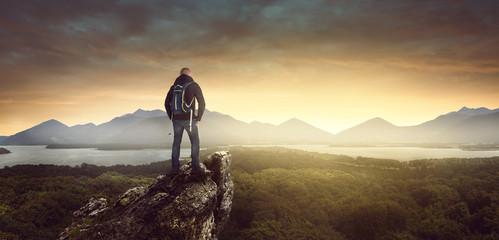 Wanderer auf einem Berg bei Sonnenaufgang