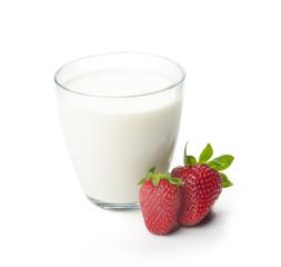 Молоко в стеклянном стакане с клубникой
