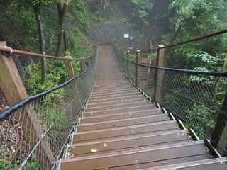 下る吊り橋