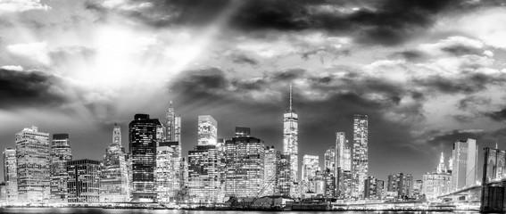 Brooklyn Bridge at night with Manhattan background, New York Cit