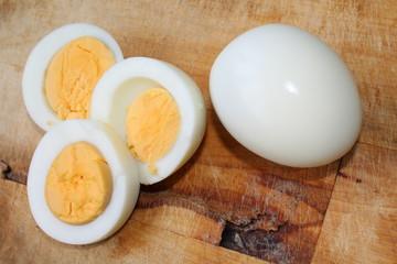 Варёные куриные яйца на деревянной доске