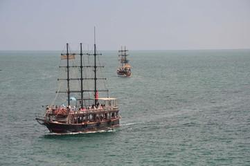 Dreimaster, Touristenschiffe auf dem Mittelmeer bei Antalya laufen in den Hafen ein