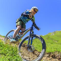 euphorische Mountainbikerin im Downhill