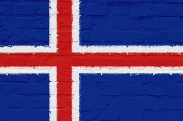 Island Flagge auf einer Steinmauer