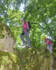 Wanderung mit leichter Kletterei im schattigen Wald