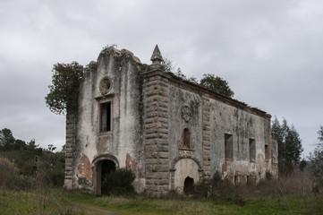 Capela, mosteiro, igreja ao abandono