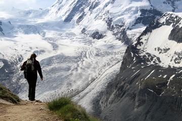 Bergsteigerin mit Rucksack im Hochgebirge