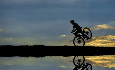 bisikletçi silüeti ve yansıması
