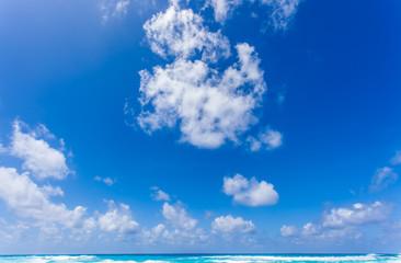 ciel bleu et nuages de beau temps au-dessus de l'horizon aux Seychelles