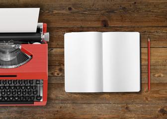 Retro-Schreibmaschine mit Notizbuch auf Holztisch - Mockup - Textfreiraum