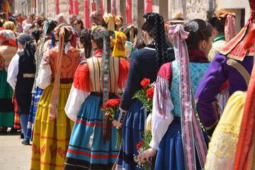 mujeres con trajes regionales