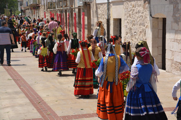 niñas desfilando con trajes regionales