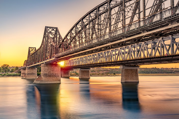 In de dag Brug Anghel Saligny bridge spans the Danube near Cernavoda, Romania. When finished in 1895 it became the longest bridge in Europe and the 3rd longest in the world