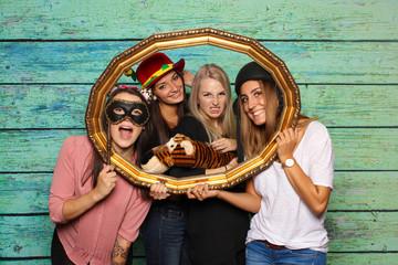 Junge Frauen schauen durch einen Bilderrahmen - Fotobox Party