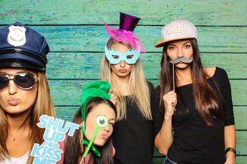 4 Mädchen vor Fotobox mit verschiedenen Probs - Photobooth