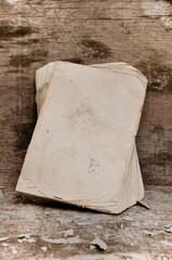 vieux livre aux pages usées sur fond bois