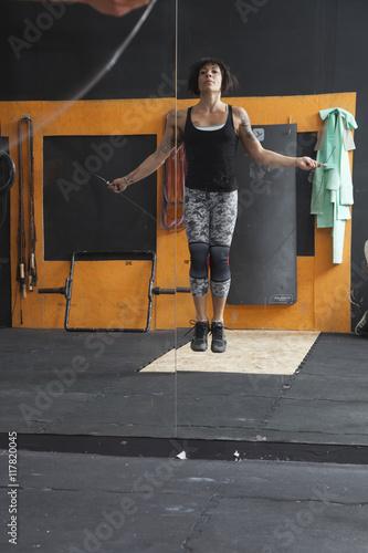 Ragazza atletica salta la corda davanti allo specchio - Ragazza davanti allo specchio ...
