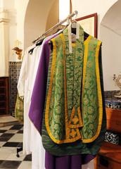 Casullas del sacerdote, interior de una sacristía