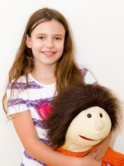 Glückliches, kleines Mädchen mit Puppe - Happy little girl with big doll