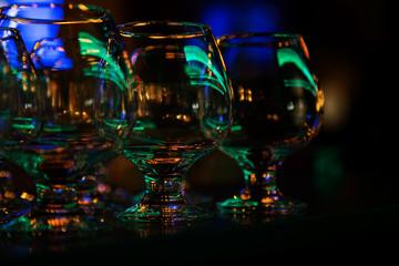 Бокалы для спиртного на барной стойке