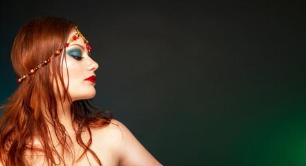 Женщина с вечерним макияжем и украшением на голове.