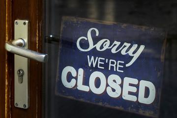 Schild mit geschlossener Ladentür
