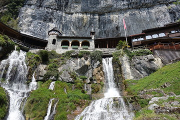 Wasserfälle unterhalb der St. Beatushöhlen am Thunersee.