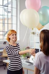 nette kollegin bekommt luftballons zum geburtstag
