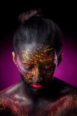 темный арт макияж на лице и теле