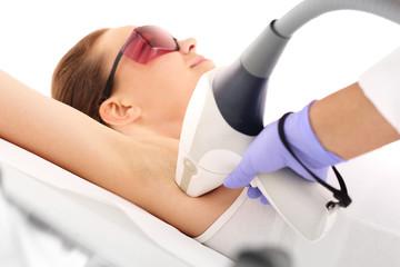 Fototapeta Laserowa depilacja. Kobieta na zabiegu depilacji laserowej obraz