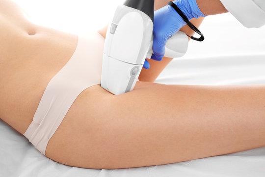 Depilacja laserowa bikini. Kobieta na zabiegu depilacji laserowej ud i okolic bikini