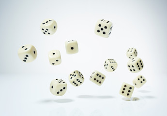 Spielwürfel - weiß - fallen 2