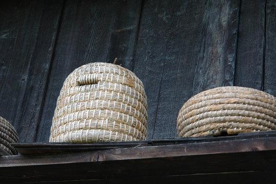 Bienenkorb vor Bauernhaus